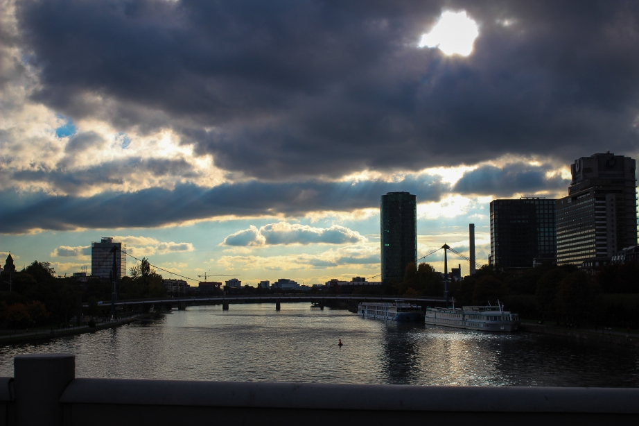 Frankfurt skyline = surprisingly beautiful